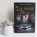 De ware held – Scarlett Thomas (deel 3 Bovenwereld serie – kan spoilers bevatten eerdere delen)